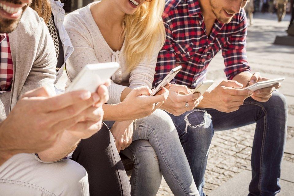 Cuatro-jovenes-enganchados-al-celular